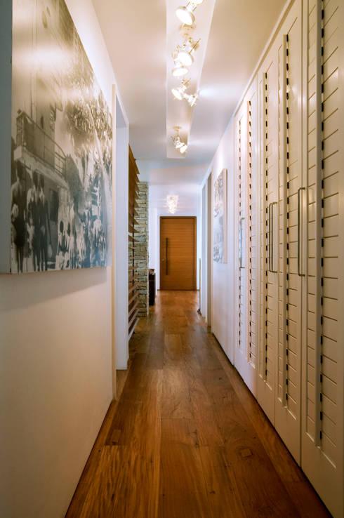 Apartamento Arpoador: Corredores e halls de entrada  por Bel Castro Arquitetos