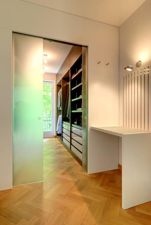 Privathaus München:  Ankleidezimmer von raumkontor Innenarchitektur Architektur