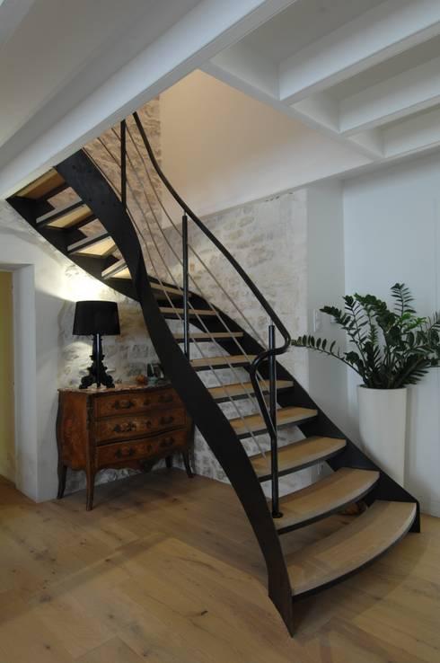 escalier 1/4 tournant: Couloir et hall d'entrée de style  par AMB