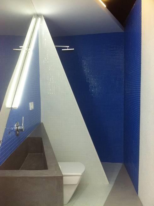 PROYECTO 4: Baños de estilo minimalista de LOWDECOR