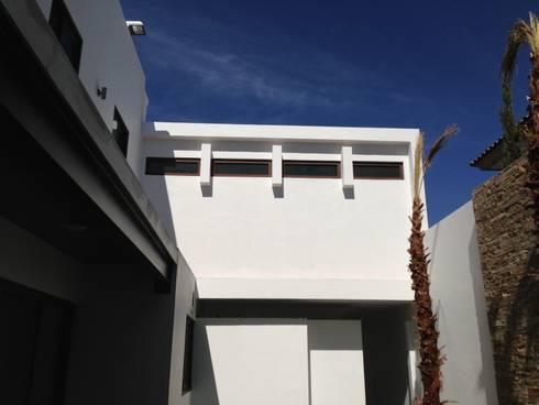 casa 12: Casas de estilo moderno por Hussein Garzon arquitectura