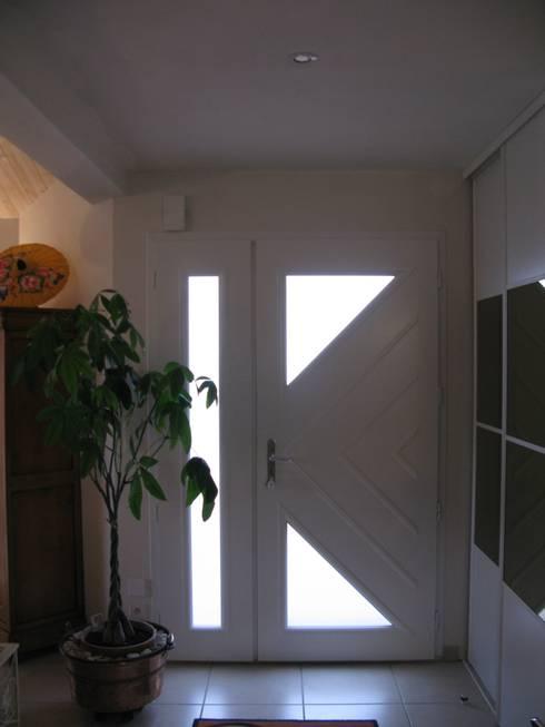 Pasillos y recibidores de estilo  por Uniq intérieurs