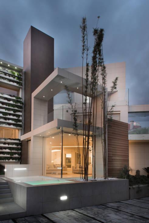 Una villa: Case in stile in stile Moderno di Mario Ferrara