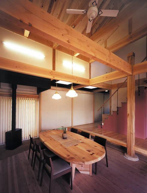 石場建ての大黒柱: アトリエ優 一級建築士事務所が手掛けた和室です。