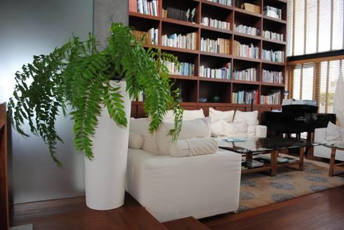 インテリアグリーン  : スタイル・モダンが手掛けたリビングルームです。