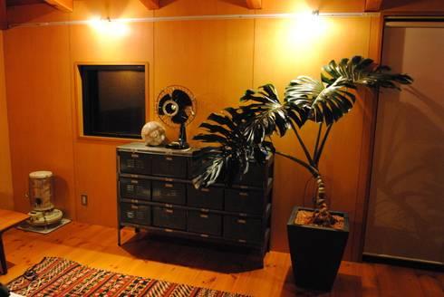 インテリアグリーン  モンステラ: スタイル・モダンが手掛けたリビングルームです。