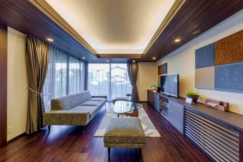 O邸リビング: 株式会社 斎藤政雄建築事務所が手掛けたリビングです。