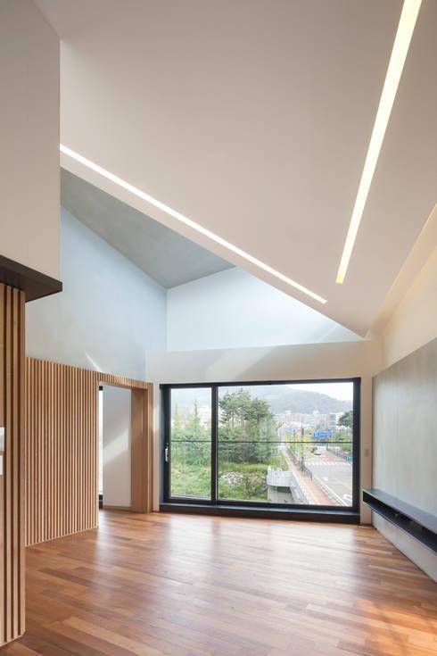 Livings de estilo  por JOHO Architecture