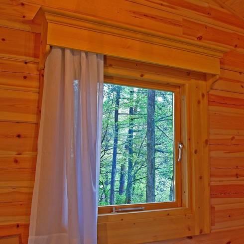 風景をトリミング。窓は額縁の絵のように: Cottage Style / コテージスタイルが手掛けたリビングです。