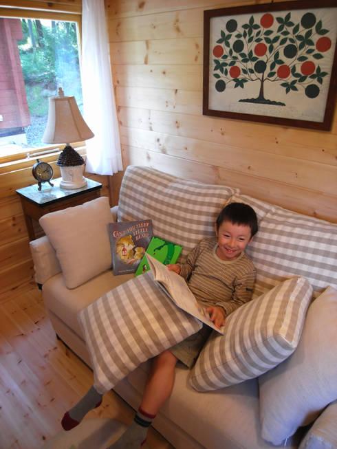 贅沢な二人がけソファー: Cottage Style / コテージスタイルが手掛けたリビングです。