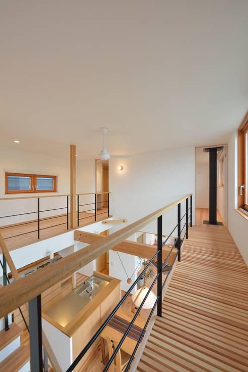 すのこ状の渡り廊下: 株式会社北村建築工房が手掛けた廊下 & 玄関です。