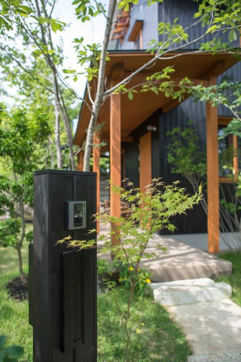 雑木庭のアプローチ: 株式会社北村建築工房が手掛けた庭です。