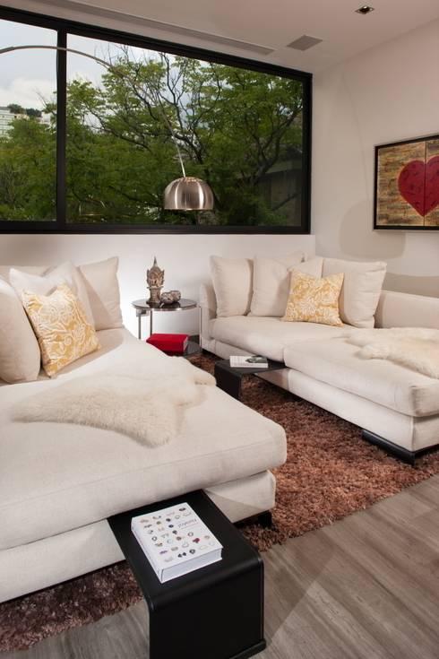 Casa CH: Salas multimedia de estilo  por GLR Arquitectos