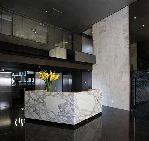 Magma Towers: Pasillos y recibidores de estilo  por GLR Arquitectos