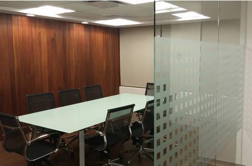 Sala de Juntas : Estudios y oficinas de estilo moderno por Visual Concept