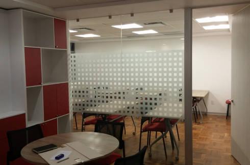 Recepción y Sala de Capacitación : Estudios y oficinas de estilo moderno por Visual Concept