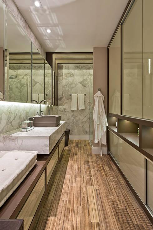 Loft de 30m²: Banheiros  por Riskalla & Mueller Arquitetura e Interiores
