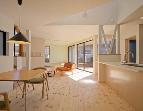 PLEASANT ANGLE HOUSE: 株式会社プラスディー設計室が手掛けたダイニングです。
