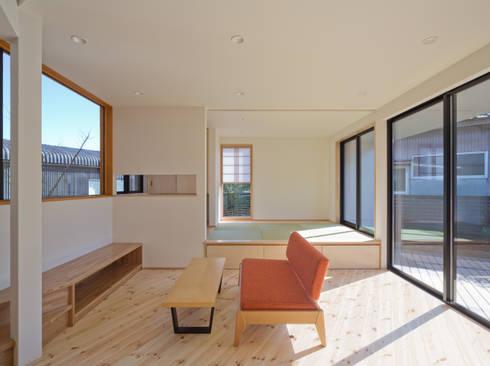 PLEASANT ANGLE HOUSE: 株式会社プラスディー設計室が手掛けたリビングです。