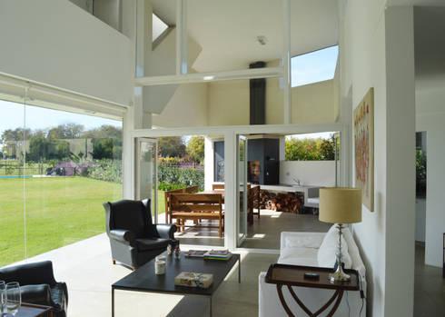 CASA N23: Livings de estilo moderno por MZM | Maletti Zanel Maletti arquitectos