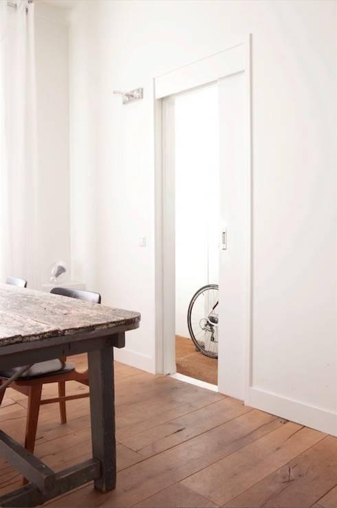 Woonkamer met doorkijk naar de gang  : moderne Woonkamer door ontwerpplek, interieurarchitectuur