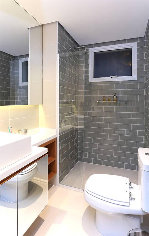 Paulinia   Decorados: Banheiros modernos por SESSO & DALANEZI