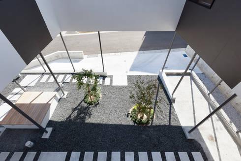 閉じたり開いたりする場所。: 松本匡弘建築設計事務所が手掛けた庭です。