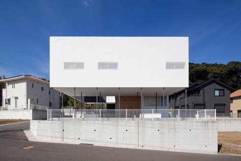 風が通り抜ける場所: 松本匡弘建築設計事務所が手掛けた家です。