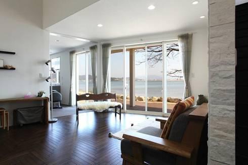 居間: アトリエ優 一級建築士事務所が手掛けたリビングです。