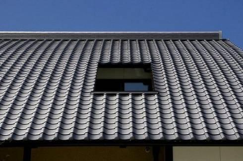 瓦屋根にバルコニー開口: アトリエ優 一級建築士事務所が手掛けた家です。