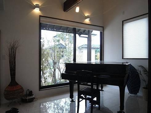 玄関土間にグランドピアノ: アトリエ優 一級建築士事務所が手掛けた和室です。
