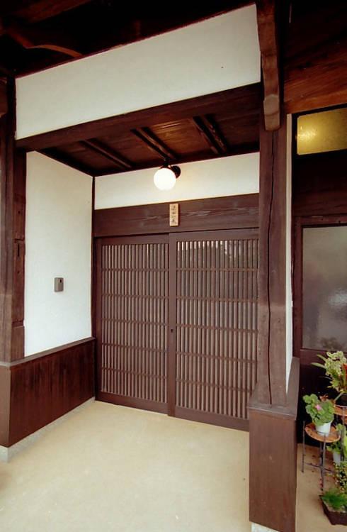 玄関: アトリエ優 一級建築士事務所が手掛けた家です。