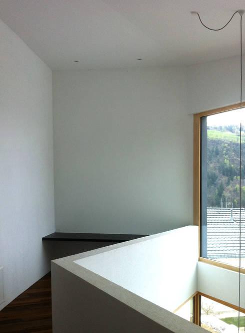 Arbeitsbereich auf der Galerie: moderne Arbeitszimmer von Balzani Diplomarchitekten
