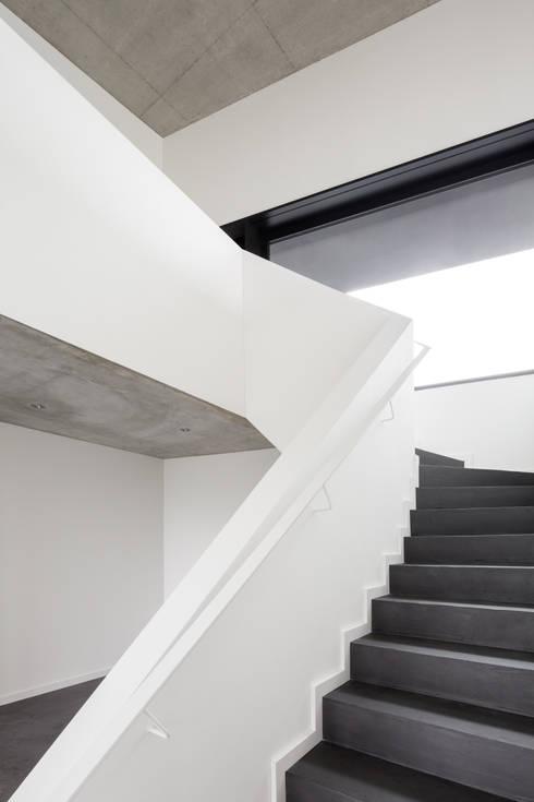 Einfamilienhaus Brunnaderenstrasse / CH-8193 Eglisau:  Flur & Diele von Jäger Zäh Architekten