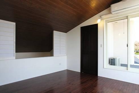 2階個室: アトリエ優 一級建築士事務所が手掛けた寝室です。