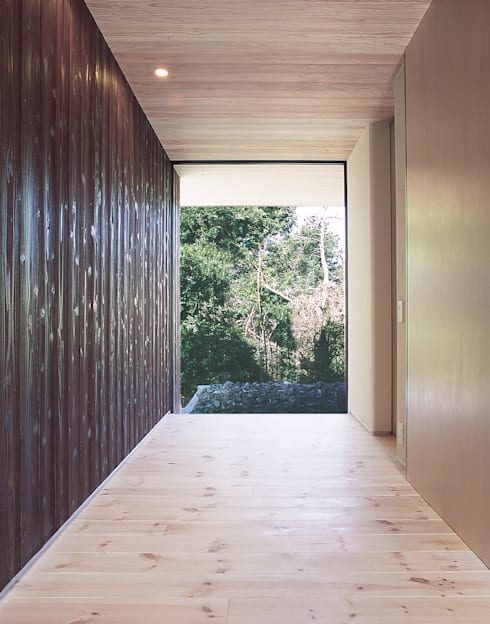 House K: 末永幸太建築設計 KOTA SUENAGA ARCHITECTS が手掛けた廊下 & 玄関です。