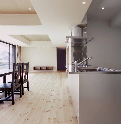 House K: 末永幸太建築設計 KOTA SUENAGA ARCHITECTS が手掛けたダイニングです。