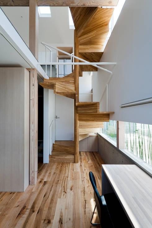 Pasillos y vestíbulos de estilo  por 藤田大海建築設計事務所