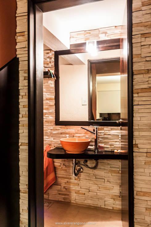 Ganar espacios en pocos metros: Baños de estilo moderno por Estudio Alvarez Angiono