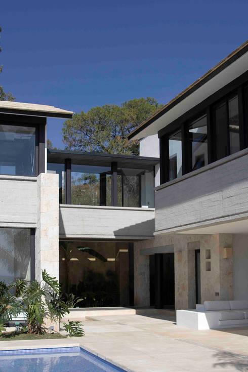 Casa Ixtapan de la Sal - Boué Arquitectos: Terrazas de estilo  por Boué Arquitectos