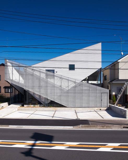 鋭さと温かみの共存するファサード: atelier CHOCOLATEが手掛けた商業空間です。