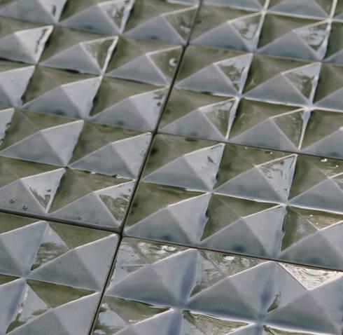 CAIRO tiles: Parede e piso  por BARRO
