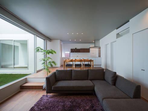 御領の家: 末永幸太建築設計 KOTA SUENAGA ARCHITECTS が手掛けたリビングです。