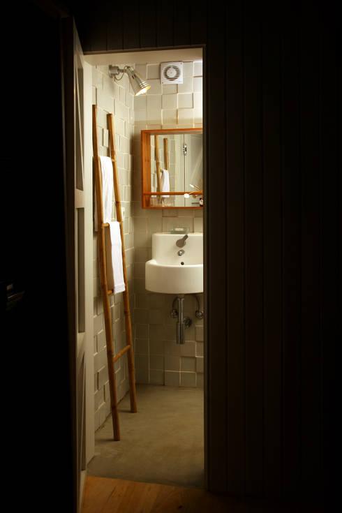 BARRO tiles at a private bathroom: Casas de banho modernas por BARRO