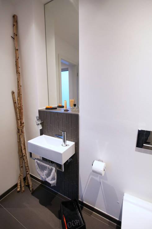 Casas de banho minimalistas por Architektur Jansen