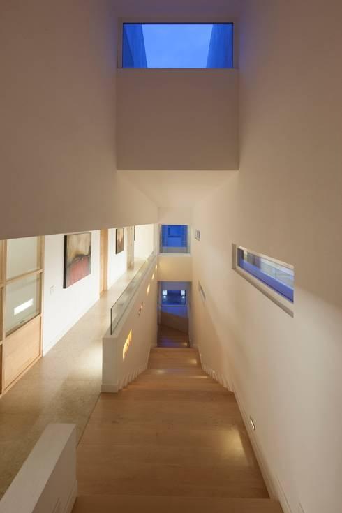Detalle en corredor: Pasillos y recibidores de estilo  por PLADIS