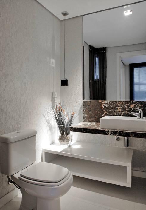 Casa Cond. Colinas de São Francisco: Banheiros  por JOSIANNE MADALOSSO ARQUITETURA E INTERIORES