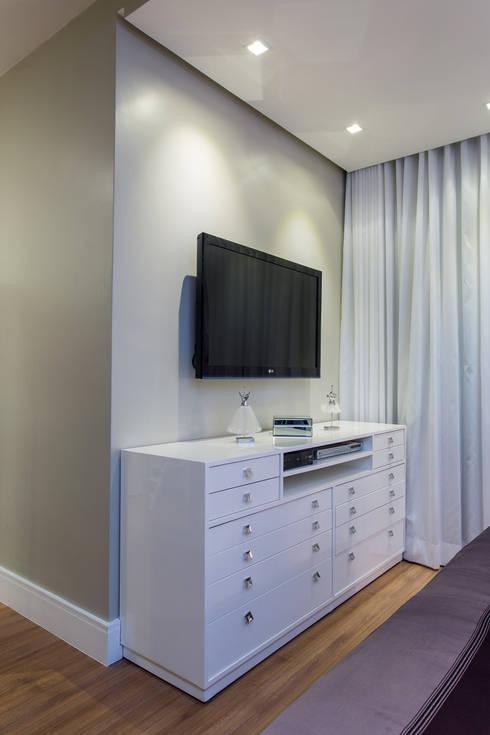 Apartamento Ribeiro: Quartos  por Bruno Sgrillo Arquitetura