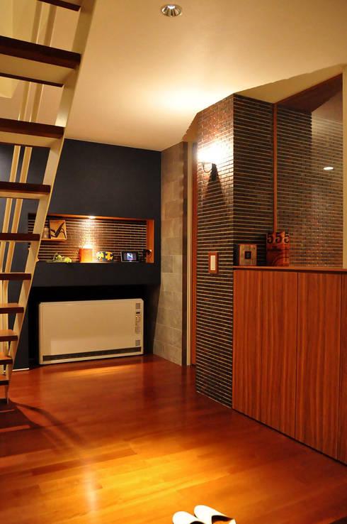 高田郷の家: 株式会社アトリエカレラが手掛けた廊下 & 玄関です。
