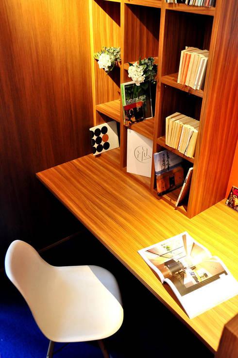 高田郷の家: 株式会社アトリエカレラが手掛けた書斎です。